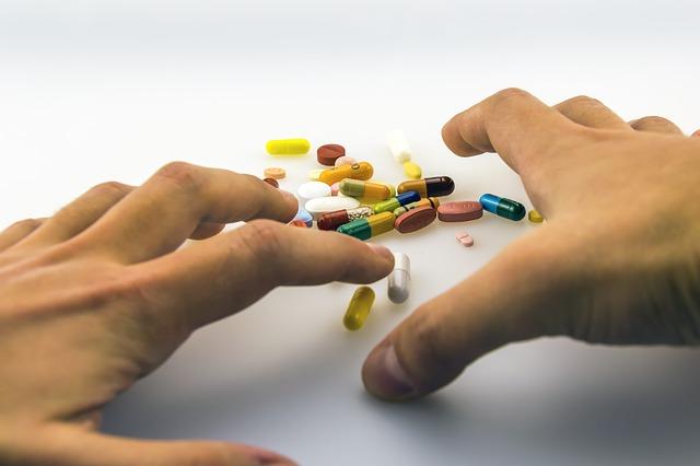 feature_hands_pills